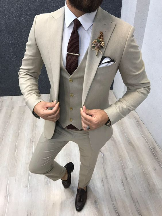 Getailleerd beige pak bruidegom - suits at sea