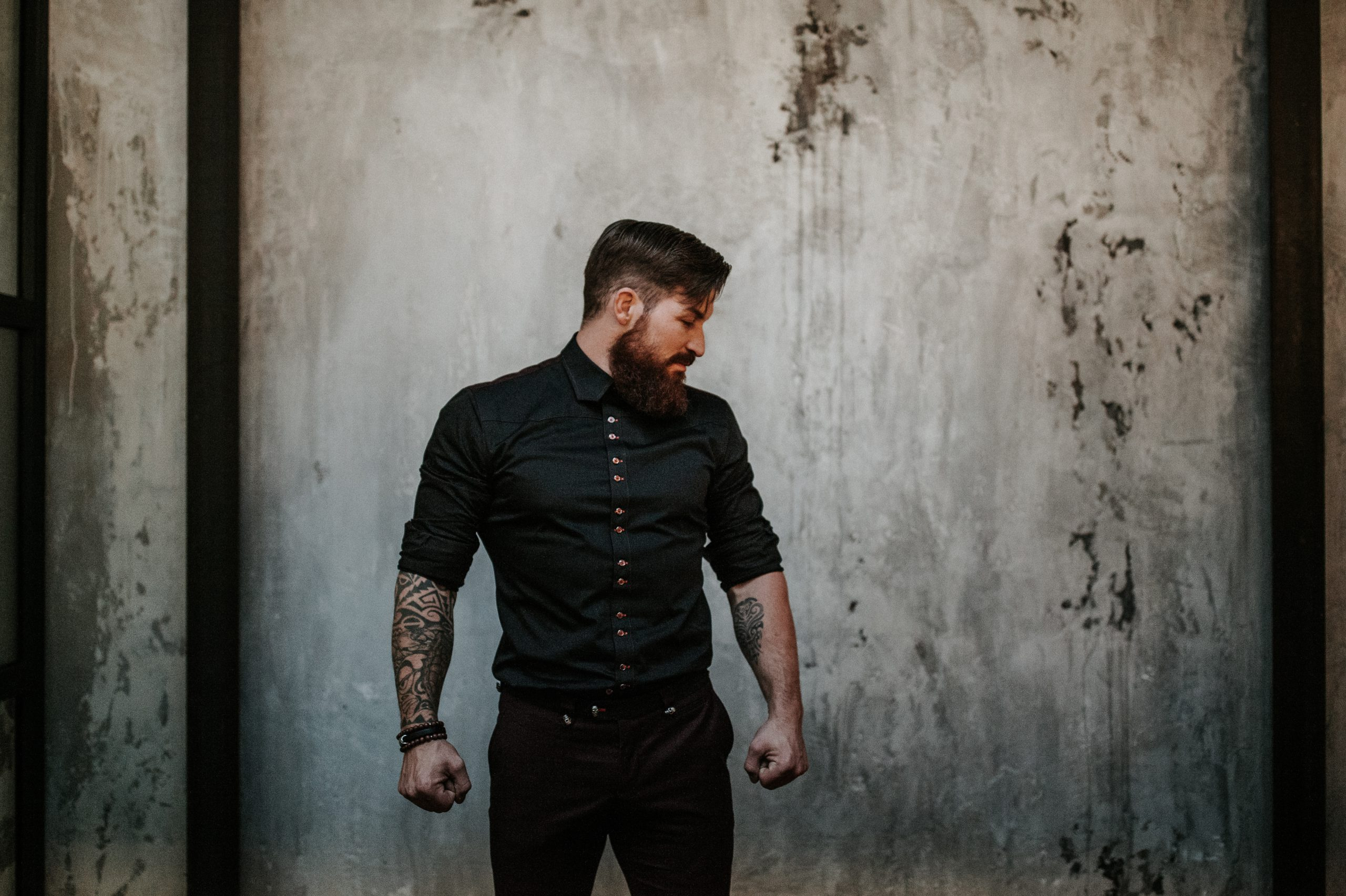 Trouwkleding met Tattoos - Suits at Sea - Stoere trouwoutfit